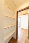 オープン収納 可動棚 杉板のアクセント