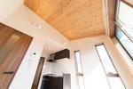 ダイニング 杉板の勾配天井 間接照明 スポットライト