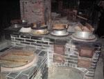 広い台所のかまど 往時の賑わいの象徴