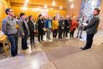 Der stellvertretende Präses der Synode verpflichtet die neuen Mitglieder