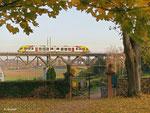 Aufgrund eines Lokführerstreiks galt am 31. Oktober 2011 ein Notfahrplan auf der Linie der HLB zwischen Hanau und Friedberg. HLB 24849 hätte daher eigentlich gar nicht fahren dürfen. Trotzdem rumpelt der Zug kurz nach 16 Uhr über den Assenheimer Viadukt.