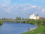 Ja wo ist denn der Zug?? Am Vormittag des 09.04.2014 überquert ein Itino der VIAS in Hanau Großauheim auf der Auheimer Brücke den Main. Der Zug fährt als VIA 25259 nach Groß Umstadt-Wiebelsbach.