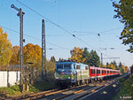Für den 6. November 2011 war Lok 111 039 mit Werbefolien für den Deutschen Alpen-Verein vor RE 4610 angekündigt. Mit etwas Verspätung passiert der Zug das Einfahrsignal von Großauheim. Der nächste Halt ist in wenigen Minuten Hanau Hbf.