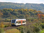 Der HLB-Lint Nr. 126 fährt am 18. Oktober 2012 als HLB 24476 nach Gießen. Gerade hat er das Einfahrsignal von Glauburg-Stockheim hinter sich gelassen, schon wird er in wenigen Augenblicken am Haltepunkt Effolderbach zum Stehen kommen.