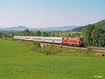 Einen weiten Weg hat dieser IC noch vor sich. IC 2084 ist unterwegs von Obertsdorf nach Hamburg und hat Kempten hinter sich gelassen. 218 326 bringt ihn am 21.08.2012 bei Ellenberg durchs Allgäu.