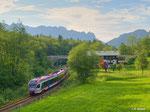 """Die BLB aus Freilassing hat am 11. August 2011 den Halt in Bischofswiesen hinter sich gelassen. Nächste Station ist der Endbahnhof Berchtesgaden. Im Hintergrund ist die """"schlafende Hexe"""" zu erkennen."""