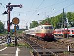 103 113 ist am 24. Mai 2012, also gerade einmal zwei Tage nachdem sie das Werk Dessau verlassen hat, mit sechs Personenwagen unterwegs als Lr 91309 von Köln Bbf nach Aschaffenburg Hbf. Hanau Hbf durchfährt der Zug mit einer etwa halbstündigen Verspätung.