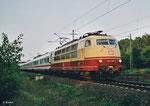 Am 05. August 2003 fand die offizielle Abschiedsfahrt der BR 103 bei der DB statt. 103 113 bespannte dazu IC 2103, an dem als ersten Wagen der Kanzlerwagen für einige Vorstandmitglieder eingereiht war. Die Aufnahme entstand bei Rodenbach. (Scan)