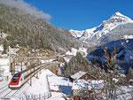 ICN 10017 Zürich HB - Lugano hat an diesem 27.12.2013 seinen ersten Verkehrstag. Er hat soeben Intschi passiert und wird gleich in den 68 m langen Zgraggentunnel einfahren.