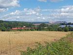 Eine 185 hat mir ihrem Güterzug in Flieden die klassische Nord-Süd-Strecke verlasen und rollt bei Flieden-Rückers in Richtung Hanau. Im Hintergrund der Kaliberg von Neuhof. Wie die Kulisse in 20 Jahren wohl aussehen mag? (30. Juli 2013)