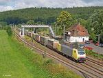 ES 64 F4 206 hat einen Containerzug am Haken, als sie am 30. Juli 2013 Wirtheim durchfährt.