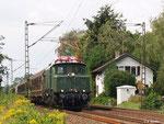 E 94 192 hat am 19. August 2011 mit dem Henkelzug Babenhausen hinter sich gelassen und passiert das ehemalige Bahnwärterhaus in Hergershausen.