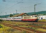 Am 04. August 2013 fährt 103 113 mit IC 2100 planmäßig von Frankfurt nach Berlin, hier bei der Durchfahrt von Wächtersbach. Die Rückleistung am nächsten Tag wird der letzte offizielle 103-Einsatz bei der DB sein (...einer der unzähligen). (Scan)