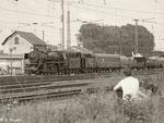 (Eisenbahn-) Romantik pur! Dieses junge Pärchen beobachtet das Geschehen im Eisenbahnmuseum vom Schotterhaufen aus. Wie es der junge Mann wohl geschafft hat, seine Freundin von diesem Aufenthaltsort zu überzeugen? (20.05.2012)