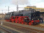 01 118 bringt am 22. Februar 2014 einen Dampf-Sonderzug der Museumsbahn Hanau in Richtung Arnstadt. In Schweinfurt angekommen muss die Lok umsetzen.