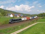 185 565 von MRCE ist am 23. April 2014 mit einem Containerzug bei Hermannspiegel südwärts unterwegs.