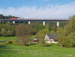 Am Morgen des 23. April 2014 herrscht eine malerische Idylle an der Gebertsmühle bei Langenschwarz, die nur kurz unterbrochen wird, als 101 134 mit IC 2086 nach Berchtesgaden über die Neubaustrecke braust. Der nächste Halt wird Fulda sein.