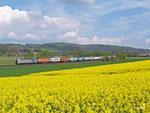 Elektrotraktion der neuesten Generation: Dieser Vectron bringt am 23. April 2014 einen Containerzug bei Meisenbach durch das Haunetal gen Süden.