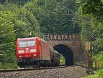 185 154 bringt am 09. August 2012 einen gemischten Güterzug nordwärts. Sie legt sich kurz nach Verlassen des Brandenstein-Tunnels in die Kurve.