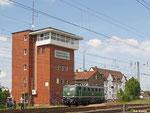 Die 141 228 wurde vom Team des Eisenbahnmuseums Darmstadt-Kranichstein in den historischen Zustand zurückversetzt. Hier rangiert die Lok am 20. Mai 2012 unterhalb des Stellwerks in Kranichstein.