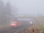 185 047 rollt am 04.03.2014 mit ihrem Güterzug bei Kirch-Göns südwärts durch den Nebel.