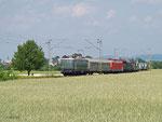 E40 128 überführt am 30. Mai 2012 als Zug 91343 einige historische Fahrzeuge aus Nürnberg zur Fahrzeugparade nach Koblenz-Lützel. Hier fährt der Zug südlich von Babenhausen in Richtung Rheintal.