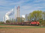 Am 18. April 2013schiebt 294 608 einen mit Kohle beladenen Zug über die etwa einen Kilometer lange Stichstrecke ins Kraftwerk Staudinger in Großkrotzenburg.