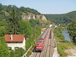 111 056 ist am 06. August 2013 im Altmühltal unterwegs. Sie wird mit RE 59100 gleich im Tunnel zwischen Hagenacker und Eßlingen verschwinden.