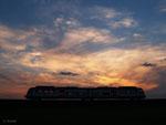 Es sollte ein Sonnenuntergangsbild ohne Wolken werden, doch auch so ist es meines Erachtens eine stimmungsvolle Aufnahme geworden: VIA 25284 nach Hanau am Abend des 24.04.2014.