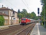 Am 28.07.2014 ist 120 113 mit EN 452 Moskau-Paris unterwegs. Um die Mittagszeit durchfährt der Nachtzug den Haltepunkt Hanau-Wilhelmsbad.