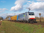 186 105 ist von der BLS angemietet. Am 10. Januar 2014 kommt sie mit einem planmäßigen Containerzug an die Netztrennstelle bei Bischofsheim.