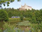 """BRB 86752 rollt am 06. August 2013 unterhalb der Willibaldsburg in Eichstätt dem Halt in """"Eichstätt Stadt"""" entgegen."""