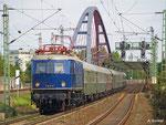 """Am 11. September 2010 bringt E18 047 Sonderzug zum """"Rhein in Flammen"""". Soeben hat der Zug in Hanau-Steinheim den Main überquert und fährt nun Frankfurt entgegen."""