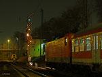 Am Abend des 14. März 2012 steht eine 143 mit RB 15270 abfahrbereit im Hanauer Hauptbahnhof. Das Formsignal am Nebengleis zeigt bereits Hp 2, denn gleich wird ein ICE durchfahren.