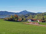 Ein Desiro ist am Morgen des 18. Oktober 2013 als RB 5510 von Reutte in Tirol nach Kempten unterwegs. Soeben hat er Wertach-Haslach und den Grüntensee hinter sich gelassen.