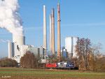 151 127 (RBH 274) in RBH-Lackierung und 151 083 (RBH 273) verlassen am Morgen des 04. März 2014 das Kraftwerk Staudinger in Großkrotzenburg, nachdem sie einen Kohlezug zur Entladung geschoben haben.