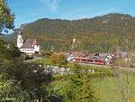 RB 5513 durchfährt auf der Außerfernbahn am 18. Oktober 2013 Vils in Tirol. Hinter dem Bergrücken liegt der Weißensee bei Füssen.