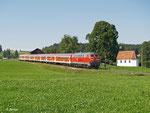 218 469 schiebt am 20. August 2012 den RE 57513 von Füssen nach München. Letzter Halt war vor wenigen Minuten Weizern-Hopferau.