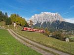 Ein 425 ist am 18. Oktober 2013 als RB 5490 unterwegs von Garmisch-Partenkirchen nach Reutte in Tirol. Lermoos und die Zugspitze lässt er hinter sich.