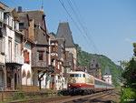 103 235 ist am 09. Juli 2013 mit IC 119 aus Münster in Bacharach unterwegs. Sie wird den Zug bis Stuttgart bringen.