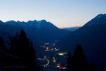 Im Tal ist noch die Beleuchtung an und für mich beginnt eine meine spanendsten Begehnungen...