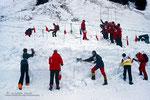 Bei der Suche nach Verschütteten helfe ich zwei Stunden mit beim Schaufeln (Bildmitte unten): extrem anstrengend bei dieser Nassschneelawine; im Hintergrund sondiert eine Gruppe des DAV die Spur des Skiliftes