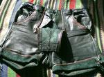 Grün – Glattleder · Bund (verstellbar) 76 bis 84 cm · 20100320 · Außenseite vorn mit offenem Latz