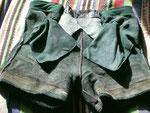 Grün – Glattleder · Bund (verstellbar) 76 bis 84 cm · 20100320 · Innenseite vorn mit rechter und linker Tasche