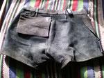 Schwarzes Glattleder · Bund 74 · Auf 80 cm erweitert · Innenseite hinten mit Tasche  ·  20100320