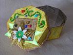 Желтая коробочка для конфет
