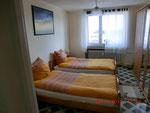 Kleines Schlafzimmer mit 2 (3 möglich) Betten