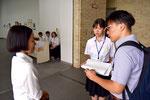 朝日新聞の取材を受ける