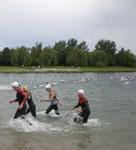 2. Schwimmrunde: im Vordergrund folgt Felix (re.) dicht auf Martin (li.)