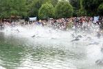 """""""kochendes Wasser"""" beim Start der über 350 hochmotivierten Triathleten"""